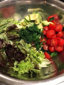 認知症予防レシピ。トマトとほうれん草のサラダ。