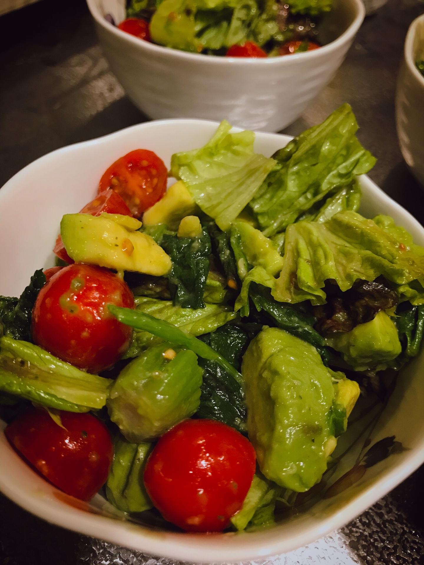 認知症予防レシピ。トマトとほうれん草のサラダ。認知症予防食材を美味しく食べよう。